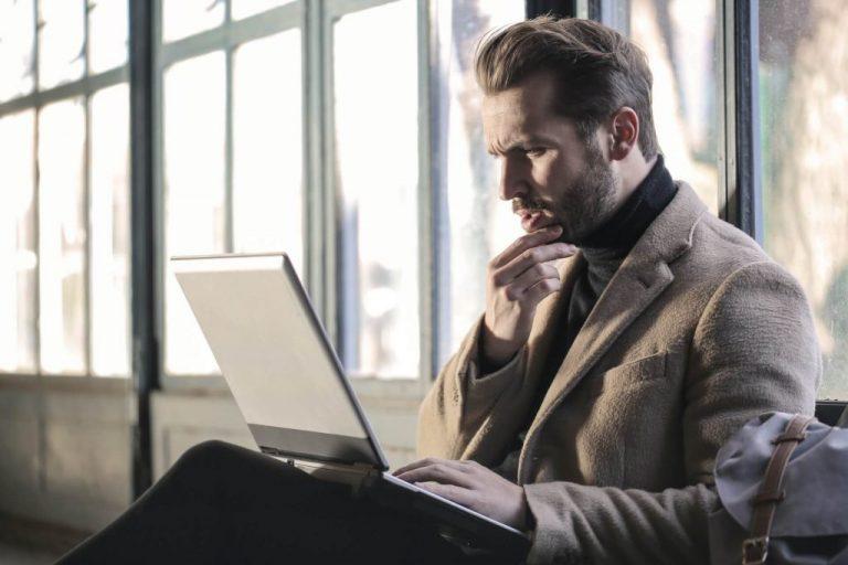 Arbeitender Mann mit Laptop